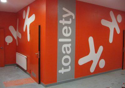 pomalowane ściany - oznakowanie korytarza, toalety