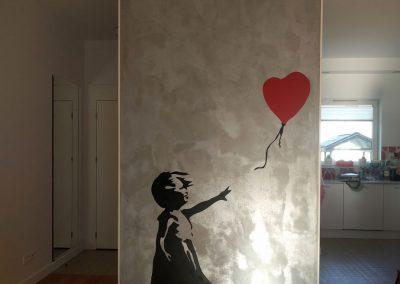 namalowana grafika w pokoju - Banksy - dziewczynka z balonem
