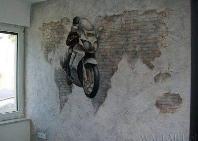 pomalowana ściana - mural w pokoju - namalowany motocykl i mapa