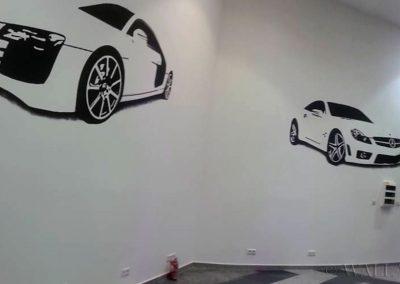 namalowane samochody na ścianie lokalu