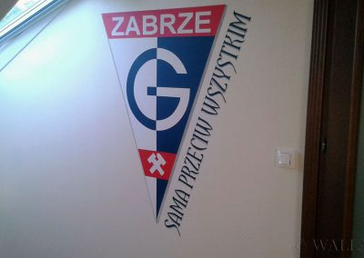 namalowane logo w pokoju