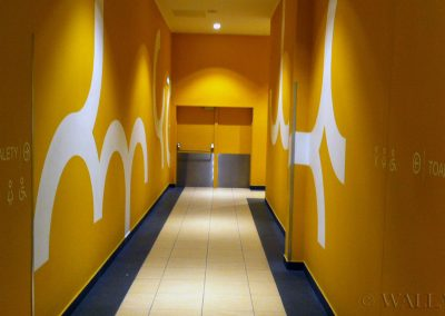 pomalowany korytarz w galerii handlowej