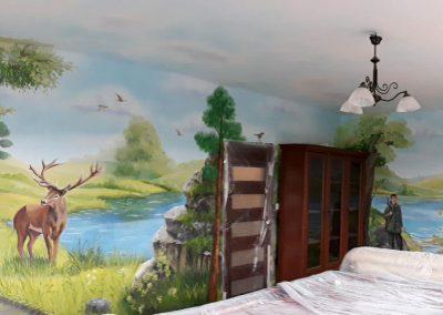 wykonane malowidło - obraz ścienny w pokoju przedstawiający las i jelenia