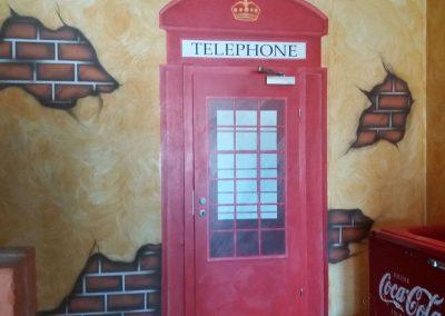 malowidło ścienne - budka telefoniczna