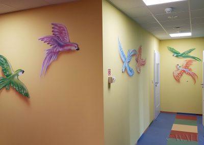 namalowane papugi na ścianach