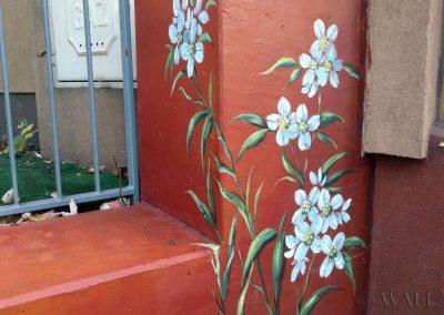 pomalowany murek - obraz kwiatów