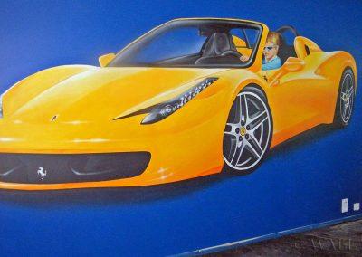 namalowany na ścianie samochód Ferrari - za kierownicą jest chłopiec, którego to jest pokój.