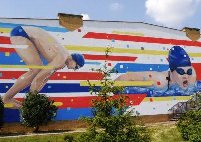 mural pływacy na ścianie hali sportowej - Kowalewo Pomorskie