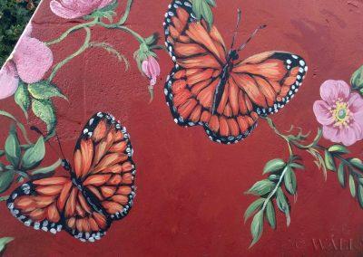 pomalowany murek - motyle