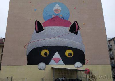mural na kamienicy - kotek i babcia - Barkocińska Warszawa