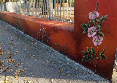 mural na murze - namalowane kwiaty, przecierka
