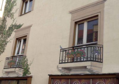 mural na ścianie - namalowane balkony