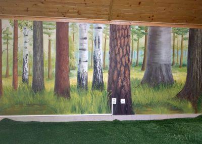 namalowane drzewa na ścianie