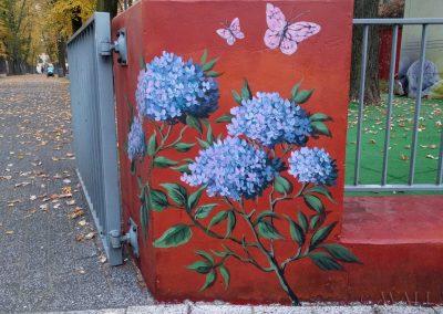 pomalowany murek - kwiaty i motyle