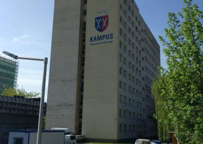 namalowane logo na elewacji - kampus akademicki Kraków