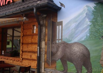 namalowany niedźwiedź na elewacji budynku