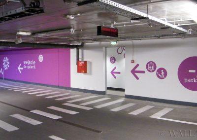 oznakowanie parkingu namalowane na ścianach