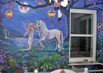 malowidło ścienne w pokoju - namalowany jednorożec fantasy