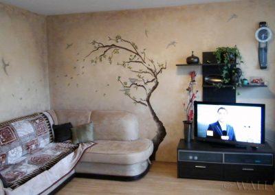 wykonana przecierka i malowidło na ścianach w salonie