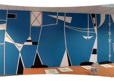 abstrakcyjne malowidło ścienne w lokalu - sala konferencyjna