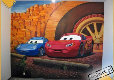 malowidło ścienne - namalowane auta na ścianie w pokoju