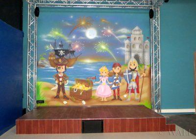 malowidło na ścianie ze sceną dla dzieci