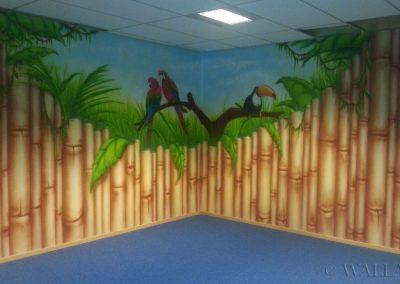 malunki na ścianie - korytarz bambusowy i papugi