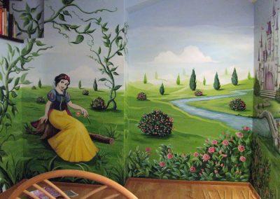 artystyczne malowanie ściany w sypialni dziewczynki