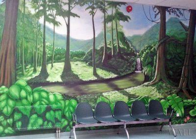 malowidło ścienne w szkole - drzewa i rzeka