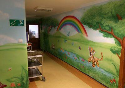 pomalowany korytarz w przedszkolu - tęcza