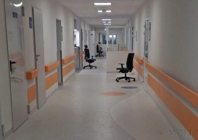 Korytarz szpitala przed malowaniem.