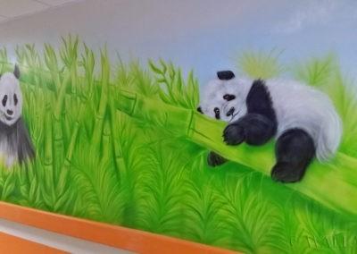 Malowidło w korytarzu - misie panda