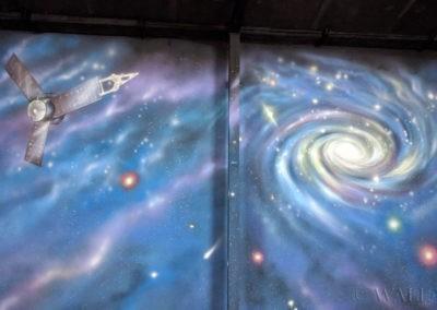 malowidło przedstawiające kosmos, galaktyki, sondę kosmiczną, gwiazdy