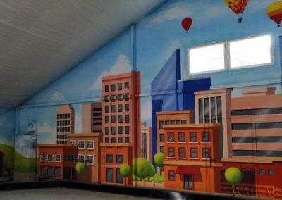 namalowane miasteczko samochodowe w Nenufar Club Kościan