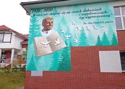 mural przedstawiający Jana Pawła II na ścianie szkoły w Twardogórze